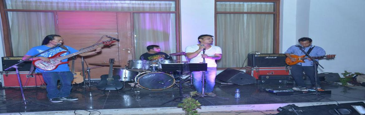 Book Online Tickets for Showcase Live Band at AMPM Cafe - Powere, Gurugram. Showcase is a pop/rock/rock n\' roll/tribute LIVE band based out of the capital city of India, New Delhi.   The band, formed by Charles Darkim (Blend), came together in the year 2012, w