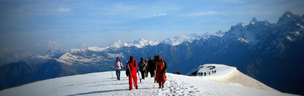 Book Online Tickets for   Dev Tibba Trek: The unseen Himalayan f, Manali.  The Himalayan range that stretches across in all its glory packs in everything that a backpacker would want – easy access, dark pine forests, open meadows, glacial valleys, towering mountains and an arduous journey that leaves the heart b